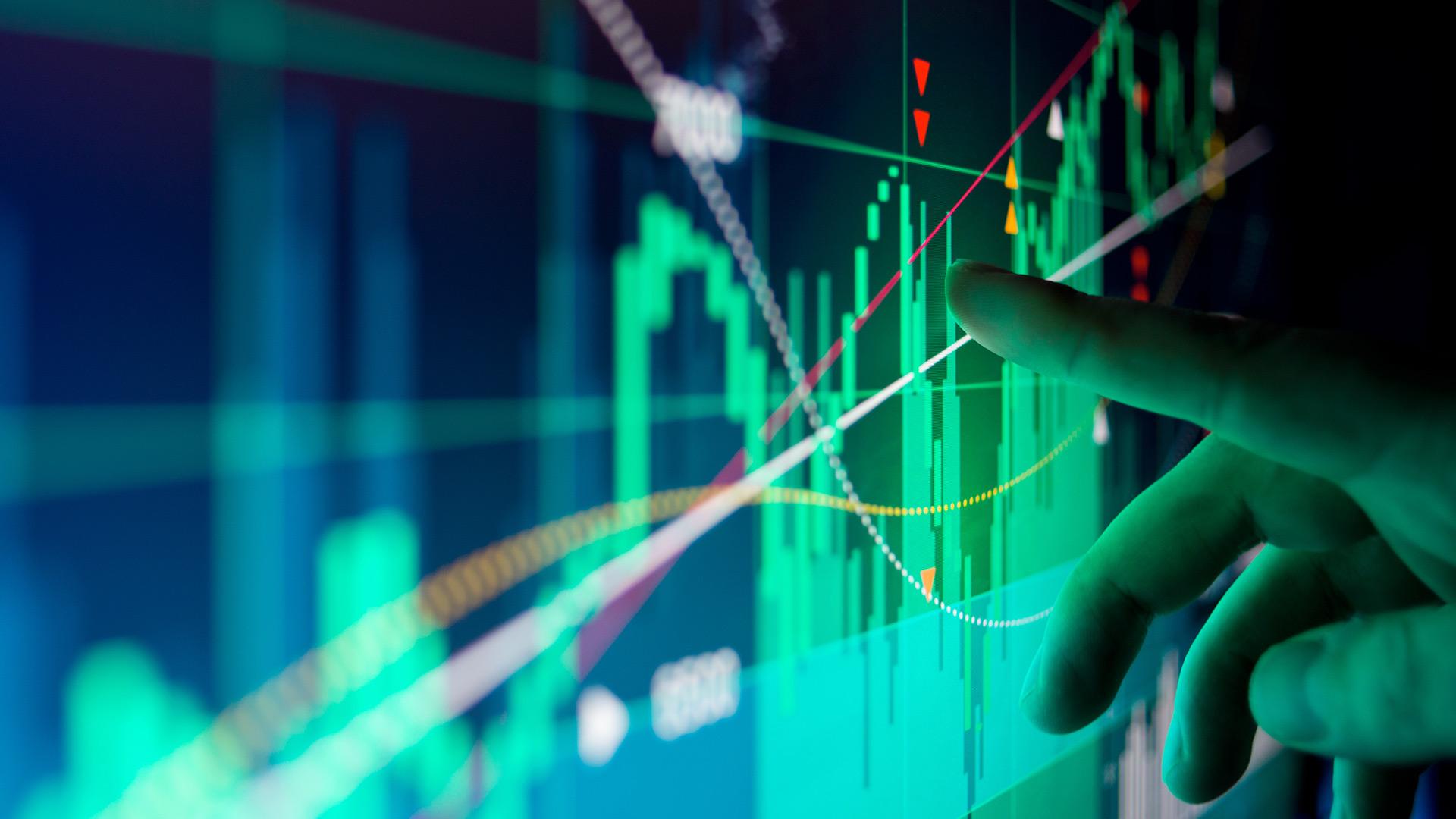 Doigt qui pointe vers un graphique à barres sur un écran