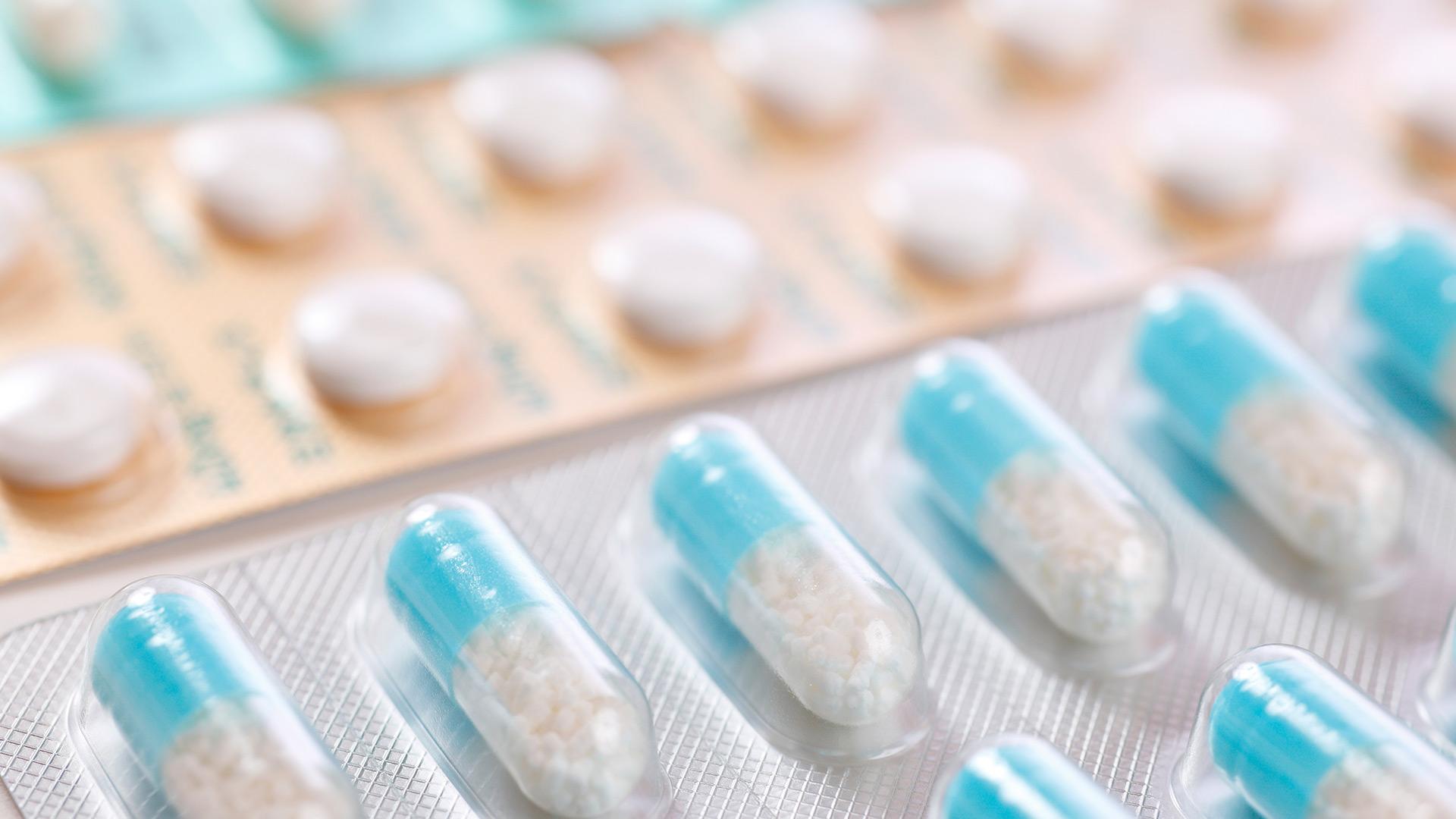 Pilules bleues présentées en chapelet