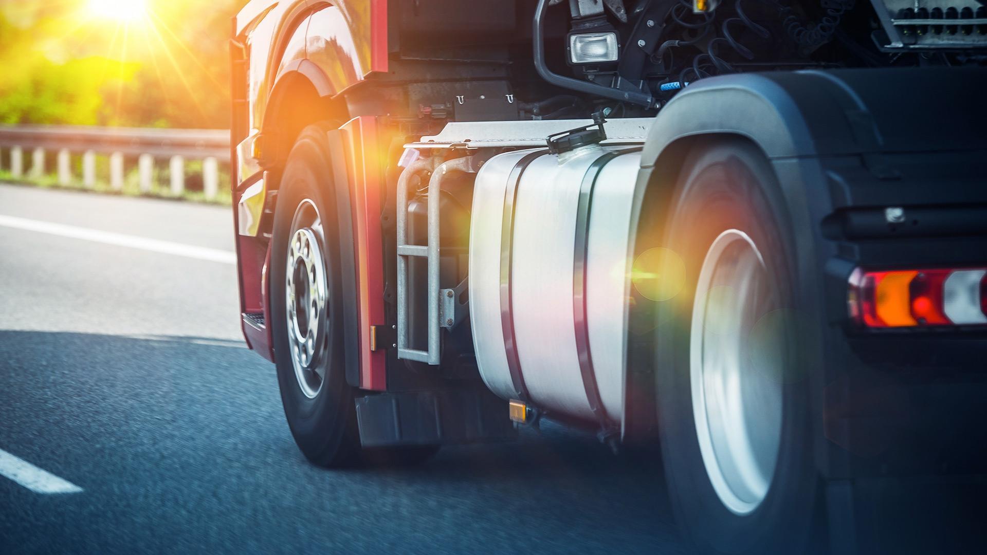 Un camion roulant sur une autoroute